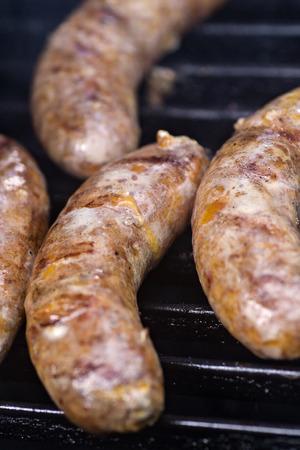 chorizos asados: salchichas asadas en la parrilla Foto de archivo
