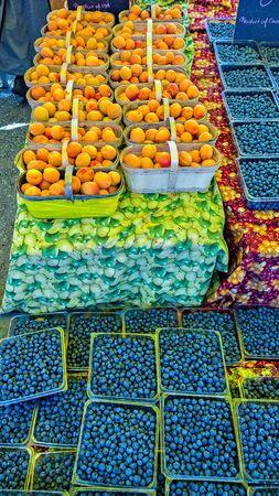 cestas de frutas: Cestas de fruta en el mercado Foto de archivo