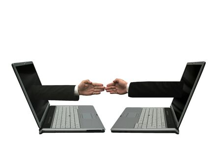 manos unidas: Dos computadoras port�tiles con las manos fuera de las pantallas de tocar uno del otro. Que simboliza una red