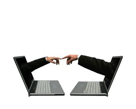 manos unidas: Dos computadoras port�tiles con las manos fuera de las pantallas toc�ndose unas con otras. Simboliza una red