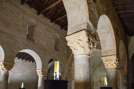Intérieur de l'église préromane de San Juan de Baños