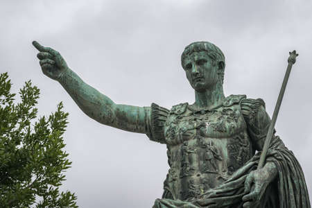 Bronzen beeld van keizer Augustus van Rome op de Imperial Forum Walk Stockfoto