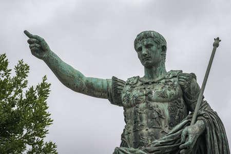 Scultura in bronzo dell'imperatore Augusto di Roma sulla passeggiata dei Fori Imperiali Archivio Fotografico