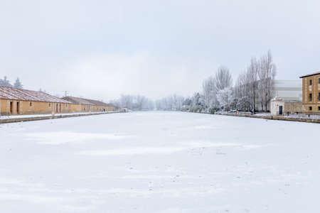 Frozen Castile Canal dock in Medina de Rioseco, Valladolid, Castile and Leon, Spain Banque d'images