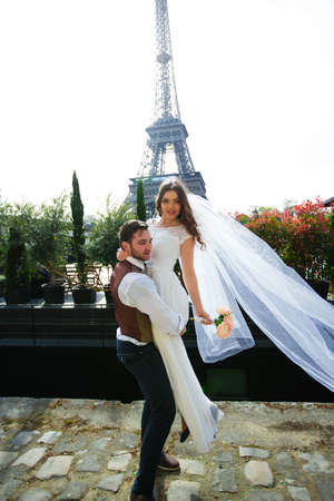 Bride and groom having a romantic moment on their wedding day in Paris, in front of the Eiffel tour Banque d'images