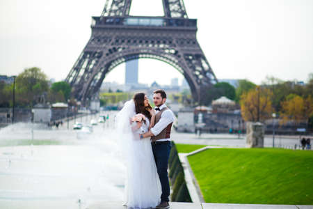 Couple in love in Paris, wedding photography Banque d'images