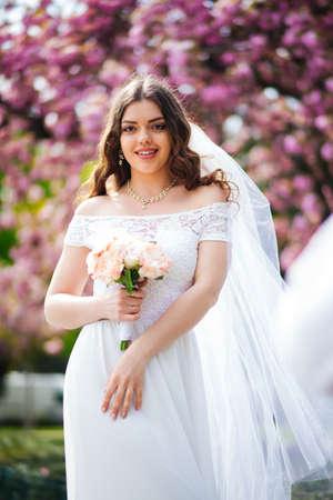 bride in wedding dress in paris near sakura Banque d'images