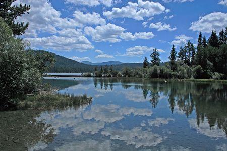 타호 호수, 미국 근처 타락의 잎 호수에서 구름 반사 스톡 콘텐츠