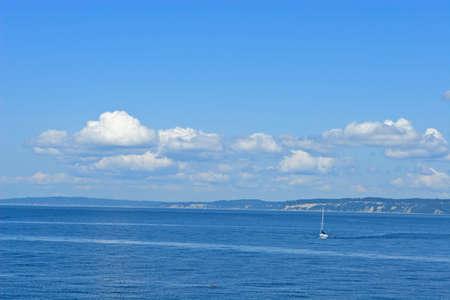 puget sound: Barca a vela in Puget Sound su una bella estate giorno
