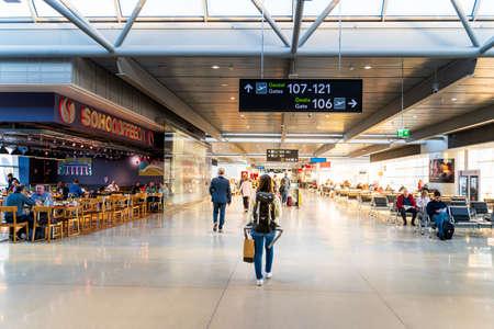 Dublino, Irlanda, maggio 2019 Aeroporto di Dublino, persone che si precipitano per i loro voli, sala partenze con tapis roulant, motion blur