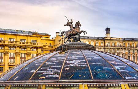 Moscow, Russia, April 2013 Monument of George Victorious and Dragon on top of glass dome of Fontan World Clock. Dome is above underground shopping mal 新聞圖片