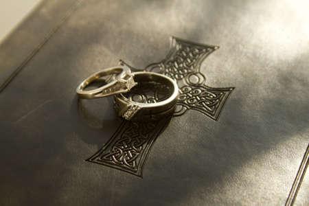 bodas de plata: Anillos de bodas en una biblia