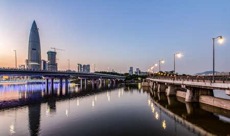 Vue de nuit du parc de congrès de shenzhen Banque d'images - 98268347