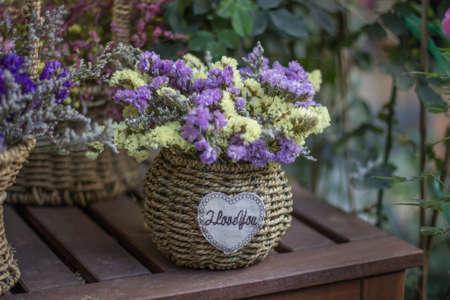 Fleurs dans le panier Banque d'images - 98262837
