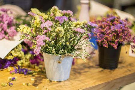 Fleurs dans un vase Banque d'images - 98263058