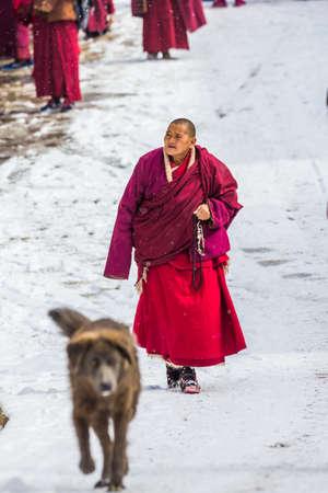 Seda,sichuan,china-Mar 08,2016,Monks at Seda buddhish college Banco de Imagens - 121305367