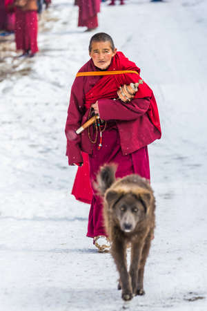 Seda,sichuan,china-Mar 08,2016,Monks at Seda buddhish college Banco de Imagens - 121305349