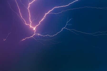 Gewitterwolken mit Blitz am Nachthimmel. Standard-Bild