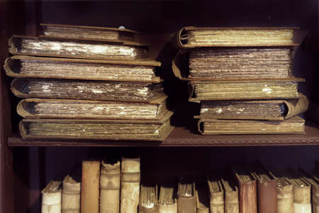 Ancient medieval books on the shelf in the bookcase. Medieval library. Foto de archivo - 131694322