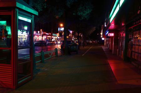 cabina telefonica: Cabina de tel�fono en la calle de noche Editorial