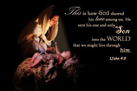 La Vierge Marie à genoux devant l'Enfant Jésus dans sa crèche et baigné dans sa lumière Banque d'images