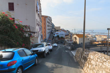 Calle en la ciudad de Gibraltar, los coches aparcados a los lados de la temporada de verano