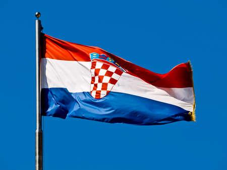 bandera croacia: Pabell�n de Croacia ondeando en el viento contra el cielo azul. Foto de archivo