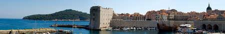 """Vieille ville de Dubrovnik port. Forteresse """"St. Ivan"""" au milieu.  Banque d'images"""