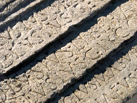 gravure: Romana scavata in pietra con lettere in rilievo Narona, in Croazia. Risultati parola liberalizzazione (in inglese libert�) Archivio Fotografico