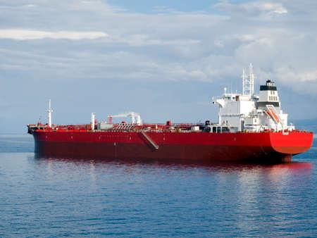 barco petrolero: Petrolero de espera para un atraque