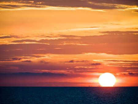 Mer Adriatique le coucher du soleil avec des nuages