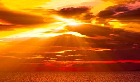 Mer Adriatique le coucher du soleil avec quelques effets num�riques ajout�e