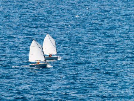 bateau de course: Petit voilier de course dans la classe �optimist�. La formation et la pratique. Banque d'images
