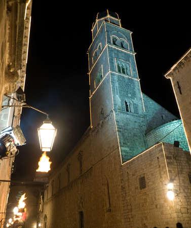 Dubrovnik anciens remparts de la ville de d�tails sur les grandes lignes de nuit avec �clairage. Clocher.