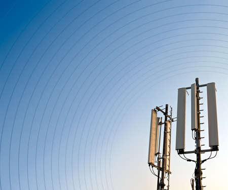 Antenne de t�l�phonie mobile GSM d�tail contre un ciel bleu. Copie de place sur la gauche Banque d'images