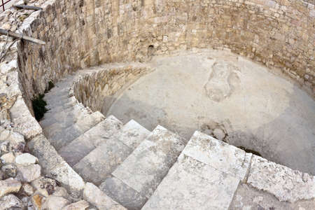 the citadel: Cisterna d'acqua. Cittadella romana volta ad Amman, capitale della Giordania. Dettaglio con scale. Lente occhio di pesce colpo.