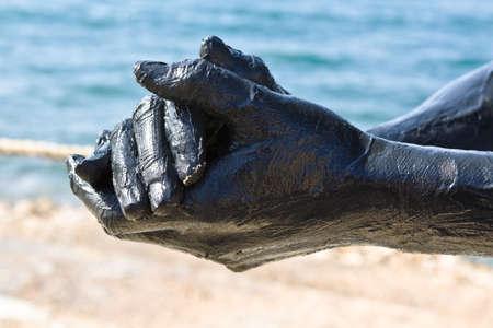 Hand bedeckt mit Schlamm von Toten Meer, Jordanien. Haus Behandlung. Verwendung von hohen Schärfentiefe zu den Hintergrund verwischen.