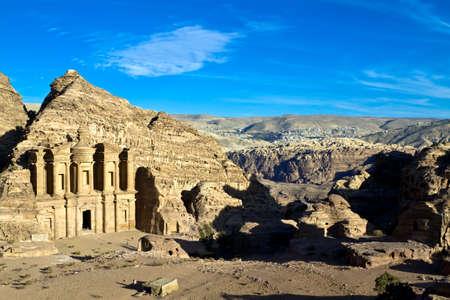 Petra - Nabat�ens capitale (Al-Khazneh), de la Jordanie. Monast�re tombeau nouveau village b�douin avec en arri�re-plan � distance. Roman Empire. Panorama du haut de la colline.