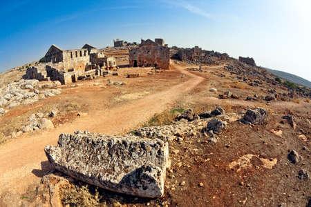 badhuis: Serjilla is een van de dode stad in Syrië. Vis oog doodgeschoten. Unieke tussen Romeinse  Byzantijnse ruïne en plotseling in het verleden zijn afgeschaft. Tavern en bathhouse op de voorgrond. Stockfoto