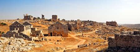 syria: Serjilla ist eine der die Dead-St�dte in Syrien. Einzigartig unter den Roman  byzantinische Ruinen und pl�tzlich aufgegeben in der Vergangenheit. Taverne und Sauna im Vordergrund.