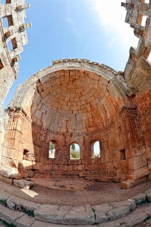 Syryjski: Jest to jeden z najlepszych konserwowanych Syryjska - bizantyjski Metropolia budynku (v wiek). Trójnawowa katedra. Oko ryby strzaÅ'u. Zdjęcie Seryjne
