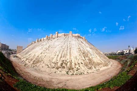 the citadel: Blasone famoso e cittadella di Aleppo, Siria. Uno dei pi� antichi abitati citt� del mondo. Visualizzazione di pesce-occhio della parete laterale est.