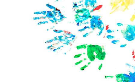 Enfants des impressions de main avec les jouets sur le terrain de jeu peinture main. Sur blanc Banque d'images