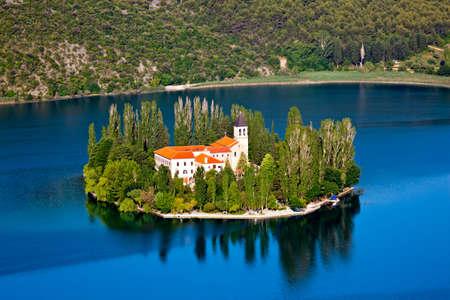 dalmatier: Een klein eiland met een christelijke klooster op de rivier Krka, Kroatië - Europa. Stockfoto