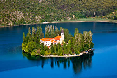 monasteri: Una piccola isola con un monastero cristiano sul fiume Krka, Croazia - Europa.