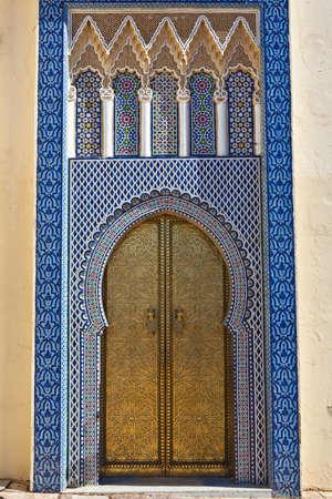 fez: Antigua puerta dorada del palacio real en Fez, Marruecos. Foto de archivo