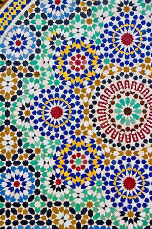 C�ramiques artisanales du Maroc. �tape en faisant table traditionnelle de mosa�que. Banque d'images
