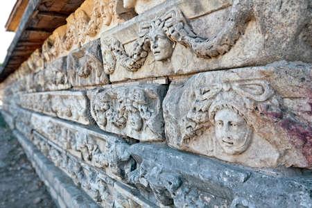 Humanos decoraciones de piedra en la cabeza en Aphrodisias (Turquía) durante la construcción de época helenística y romana. En época romana fue una ciudad pequeña en Caria. Foto de archivo - 11743353