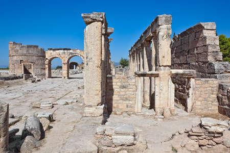 latrina: La latrina (WC) in strada nei pressi di Frontino Agora, le rovine di Hierapolis, Pamukkale, Turchia.