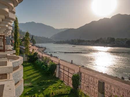 hindues: Vista panor�mica del r�o sagrado Ganges que fluye a trav�s de Rishikesh temprano en la ma�ana - la ciudad santa para los hind�es, India.